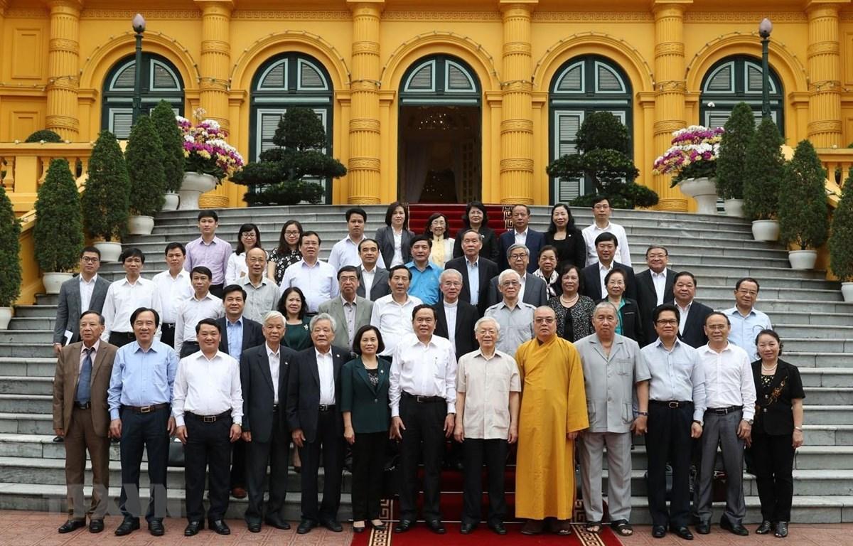 Tổng Bí thư, Chủ tịch nước Nguyễn Phú Trọng và các đại biểu chụp ảnh chung. (Ảnh: Trí Dũng/TTXVN)