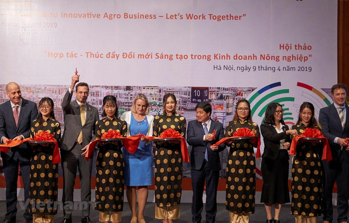 Lễ cắt băng khánh thành dự án Orange Knowledge Programme tại Việt Nam. (Ảnh: Đặng Dương/Vietnam+)