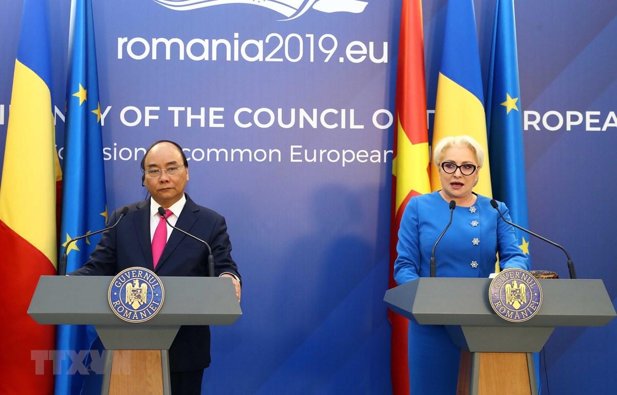 Thủ tướng Nguyễn Xuân Phúc và Thủ tướng Romania Viorica Dancila họp báo thông báo kết quả hội đàm giữa hai nước. (Ảnh: Thống Nhất –TTXVN)