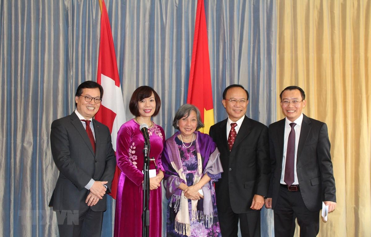 Đại sứ Việt Nam tại Thụy Sĩ Lê Linh Lan và Đại sứ Dương Chí Dũng, Trưởng Phái đoàn thường trực Việt Nam bên cạnh LHQ chụp ảnh kỷ niệm với các đại diện cộng đồng người Việt Nam tại Thụy Sĩ. (Ảnh: Hoàng Hoa/TTXVN)