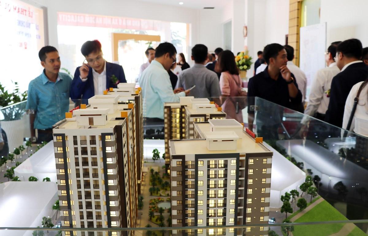 Tham quan mô hình nhà ở xã hội cho người thu nhập thấp. (Ảnh: Công Thử/TTXVN)