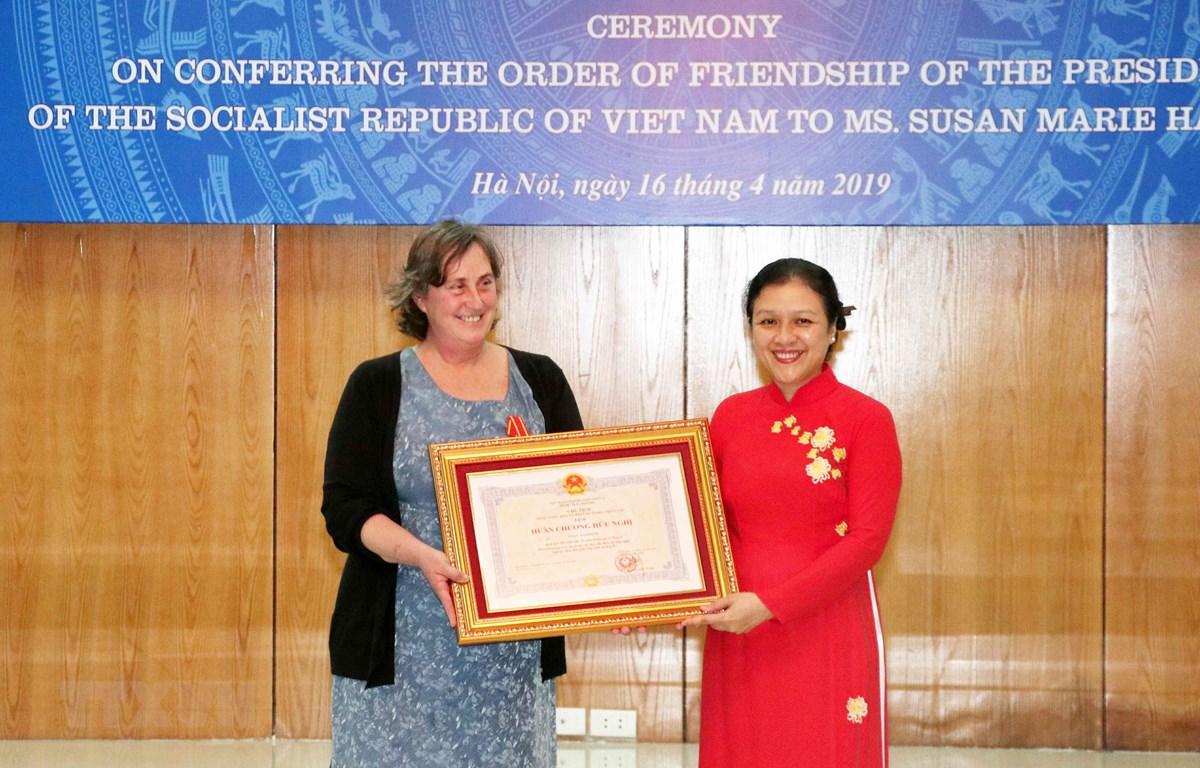Chủ tịch Liên hiệp các tổ chức hữu nghị Việt Nam Nguyễn Phương Nga trao tặng Huân chương Hữu nghị của Chủ tịch nước cho bà Susan Hammond - Người sáng lập của tổ chức WLP - Dự án Giải quyết Di sản chiến tranh (Mỹ). (Ảnh: Văn Điệp/TTXVN)