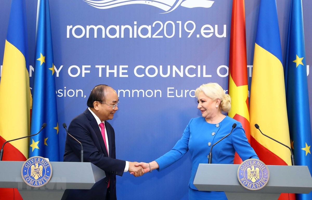 Thủ tướng Nguyễn Xuân Phúc và Thủ tướng Romania Viorica Dancila họp báo thông báo kết quả hội đàm giữa hai nước. (Ảnh: Thống Nhất/TTXVN)