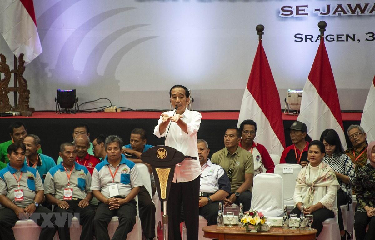 Tổng thống Indonesia Joko Widodo (giữa) trong chiến dịch vận động tranh cử Tổng thống ở Sragen, Trung Java ngày 3/4/2019. (Ảnh: AFP/TTXVN)
