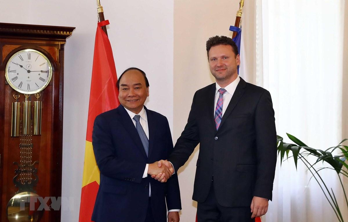Thủ tướng Cộng hoà Séc Andrej Babis đón Thủ tướng Nguyễn Xuân Phúc. Ảnh: Thống Nhất/TTXVN