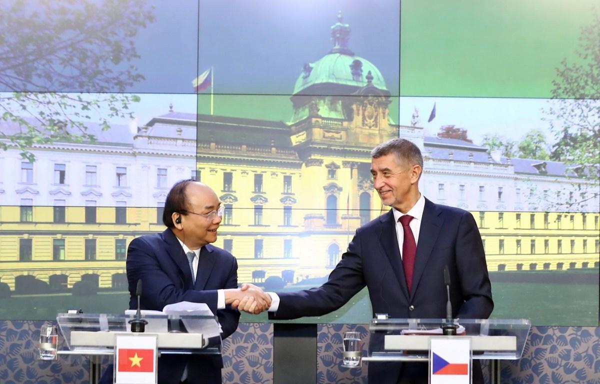 Thủ tướng Nguyễn Xuân Phúc và Thủ tướng Cộng hoà Séc Andrej Babis gặp gỡ báo chí sau khi kết thúc hội đàm. (Ảnh: Thống Nhất/TTXVN)