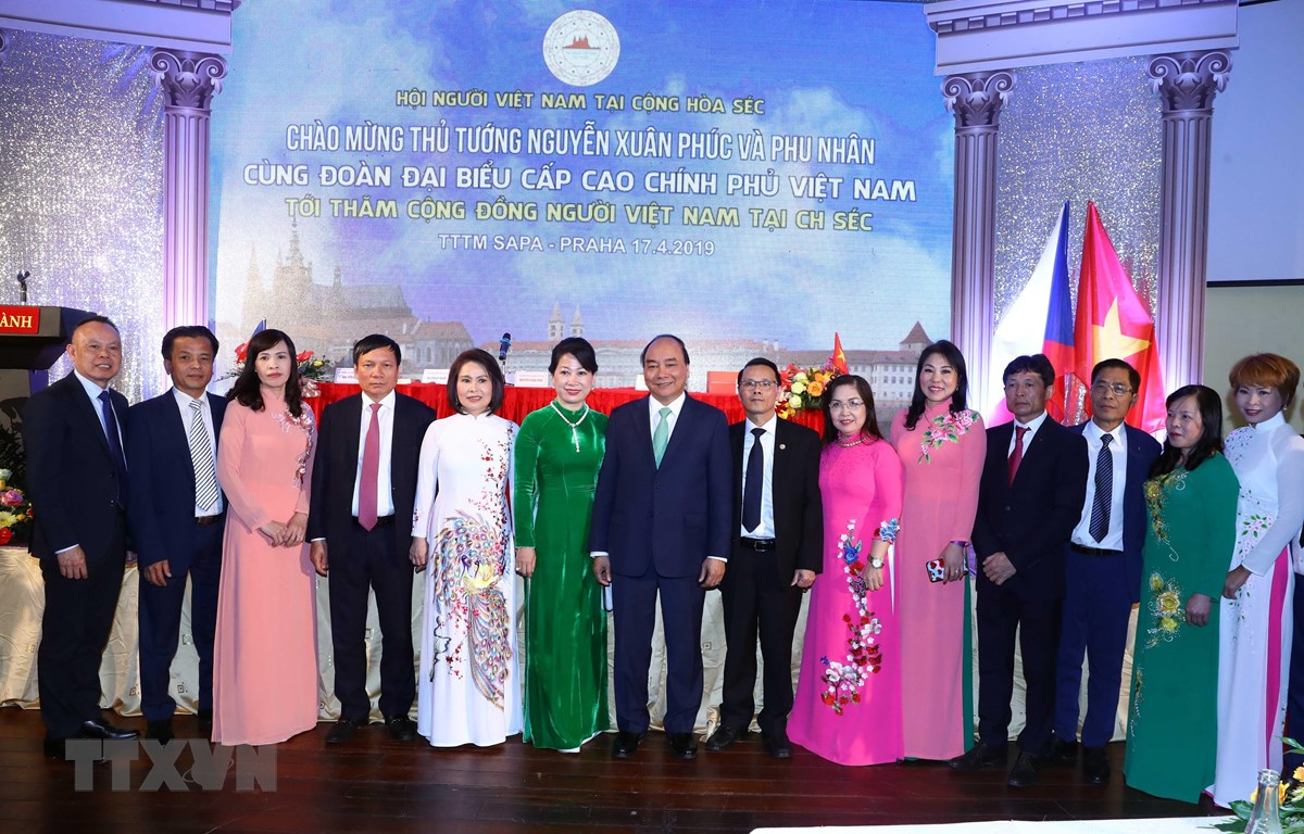 Thủ tướng Nguyễn Xuân Phúc chụp ảnh chung với đại diện cộng đồng người Việt Nam tại Séc. (Ảnh: Thống Nhất/TTXVN)