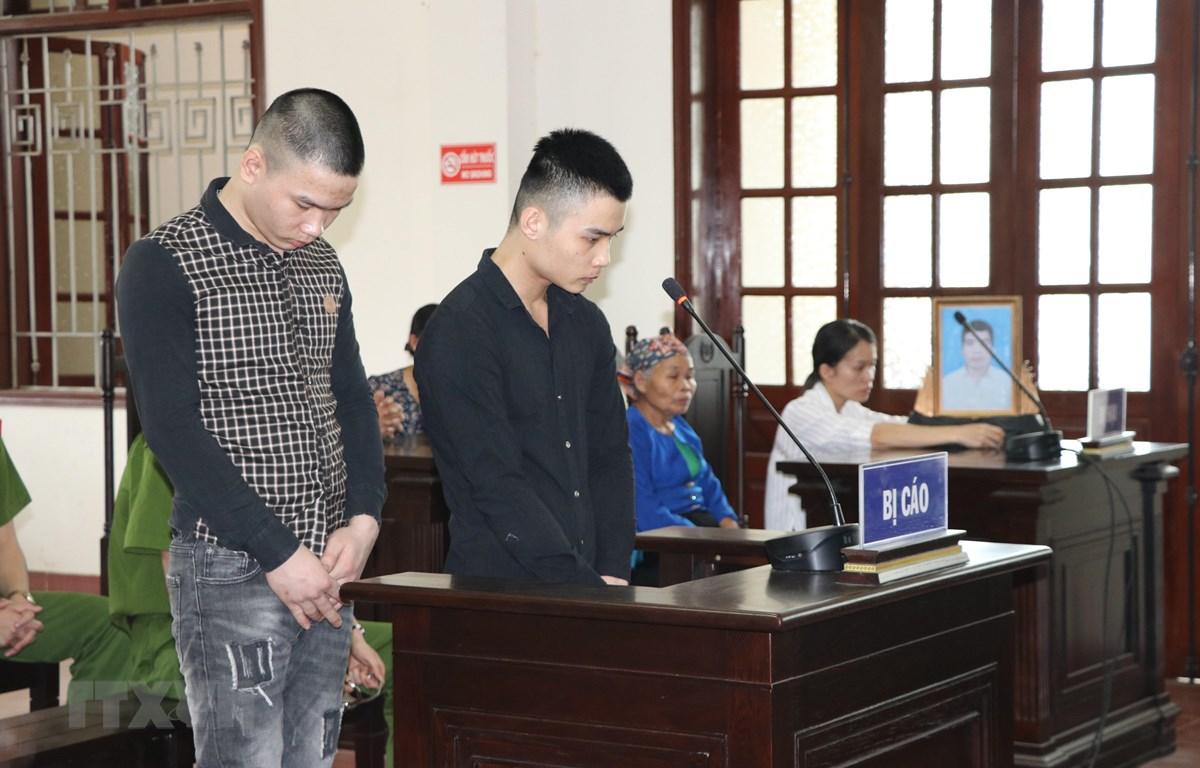 Bị cáo Bùi Văn Hiền và Bùi Văn An nghe tòa tuyên án. (Ảnh: Vũ Hà/TTXVN)