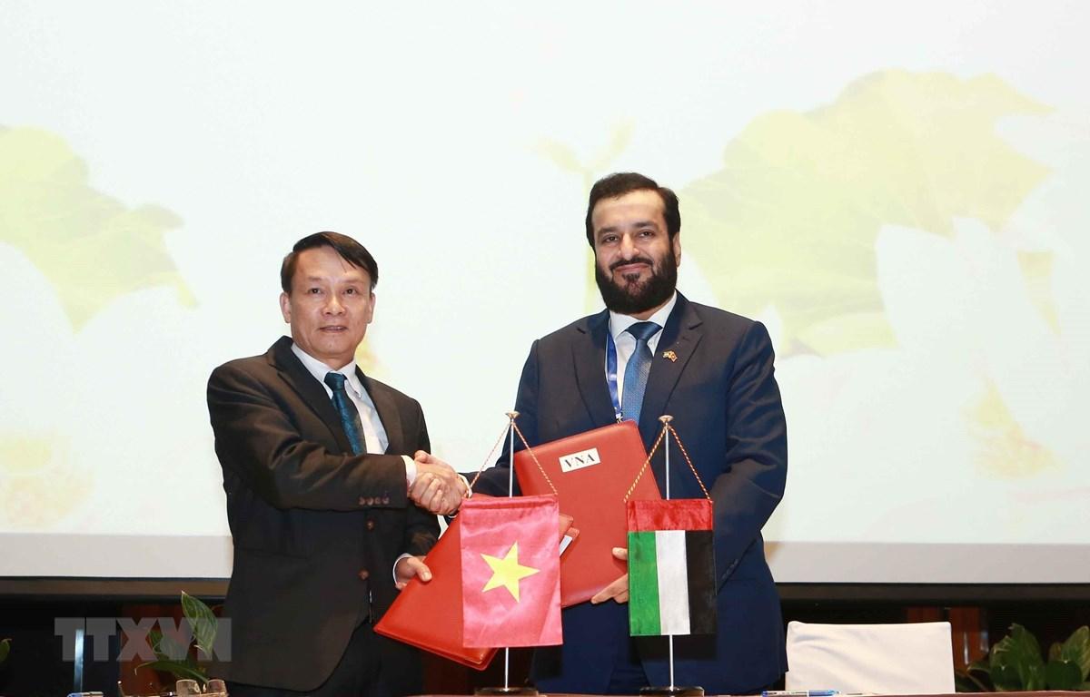 Tổng giám đốc TTXVN Nguyễn Đức Lợi và Giám đốc điều hành WAM Mohamed Jalal Al Rayssi ký kết Bản ghi nhớ hợp tác nghiệp vụ giữa hai bên. (Ảnh: Thành Đạt/TTXVN)