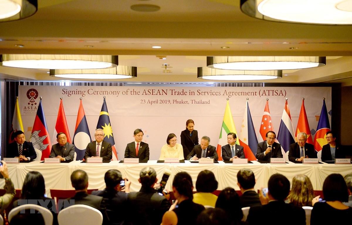 Thứ trưởng Bộ Công Thương Trần Quốc Khánh ký Hiệp định Thương mại Dịch vụ ASEAN (ATISA). (Ảnh: Ngọc Quang/TTXVN)