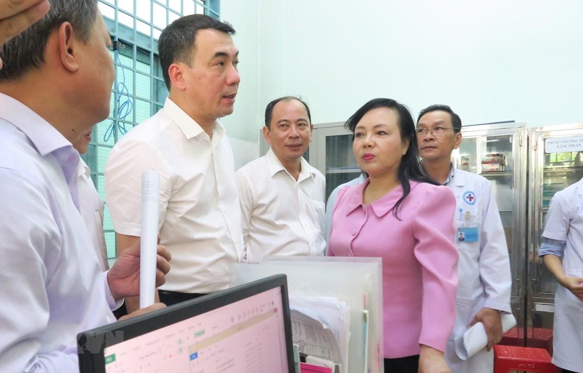 Bộ trưởng Bộ Y tế kiểm tra cơ sở vật chất của Trạm Y tế phường Tân Quý, quận Tân Phú - 1 trong 3 trạm y tế điểm tại Thành phố Hồ Chí Minh. (Ảnh: Đinh Hằng/TTXVN)