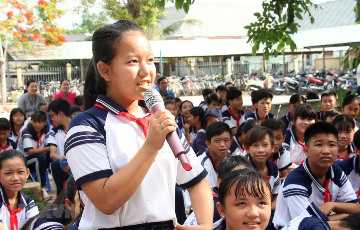 Học sinh phát biểu ý kiến tại chương trình 'Giáo dục kỹ năng sống' cho gần 600 học sinh của Trường Trung học cơ sở Long Phước và Trường Tiểu học B thị trấn Long Hồ (huyện Long Hồ, tỉnh Vĩnh Long). (Ảnh: Lê Thúy Hằng/TTXVN)