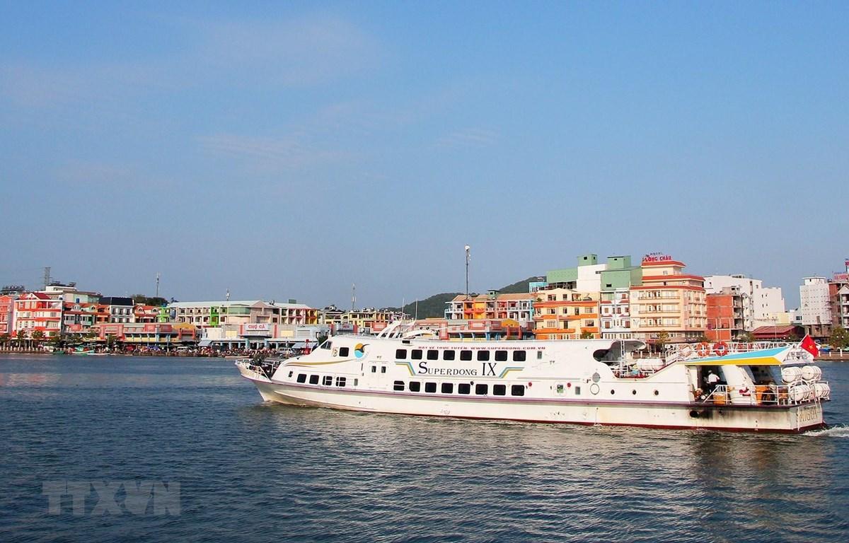 Tàu du lịch đưa du khách từ thành phố Hà Tiên ra tham quan Khu du lịch Quần đảo Hải Tặc (xã đảo Tiên Hải). (Ảnh: Hồng Đạt/TTXVN)
