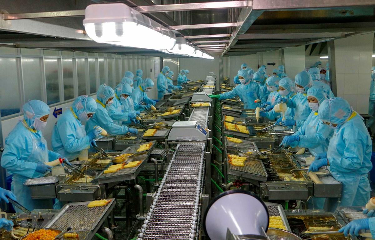 Khu vực sản xuất tôm tempura trong Công ty Seavina,Cần Thơ. (Ảnh: Thanh Liêm/TTXVN)