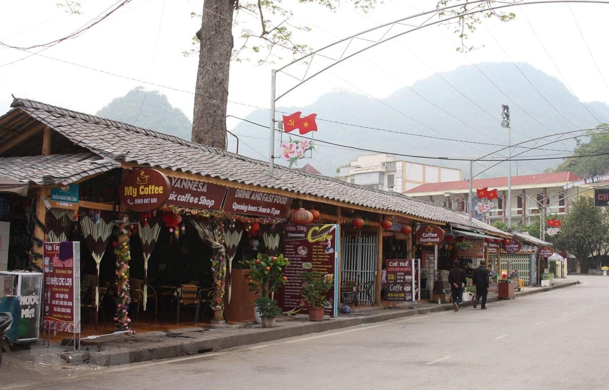 Đường phố tại thị trấn Mèo Vạc được trang hoàng để đón du khác thập phương về với Lễ hội 100 năm Chợ tình Khâu Vai 2019. (Ảnh: Nguyễn Chiến/- TTXVN)