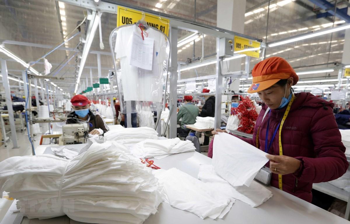 May hàng xuất khẩu sang thị trường EU tại Công ty may Tinh Lợi, khu công nghiệp Lai Vu, huyện Kinh Thành (Hải Dương). (Ảnh: Trần Việt - TTXVN)