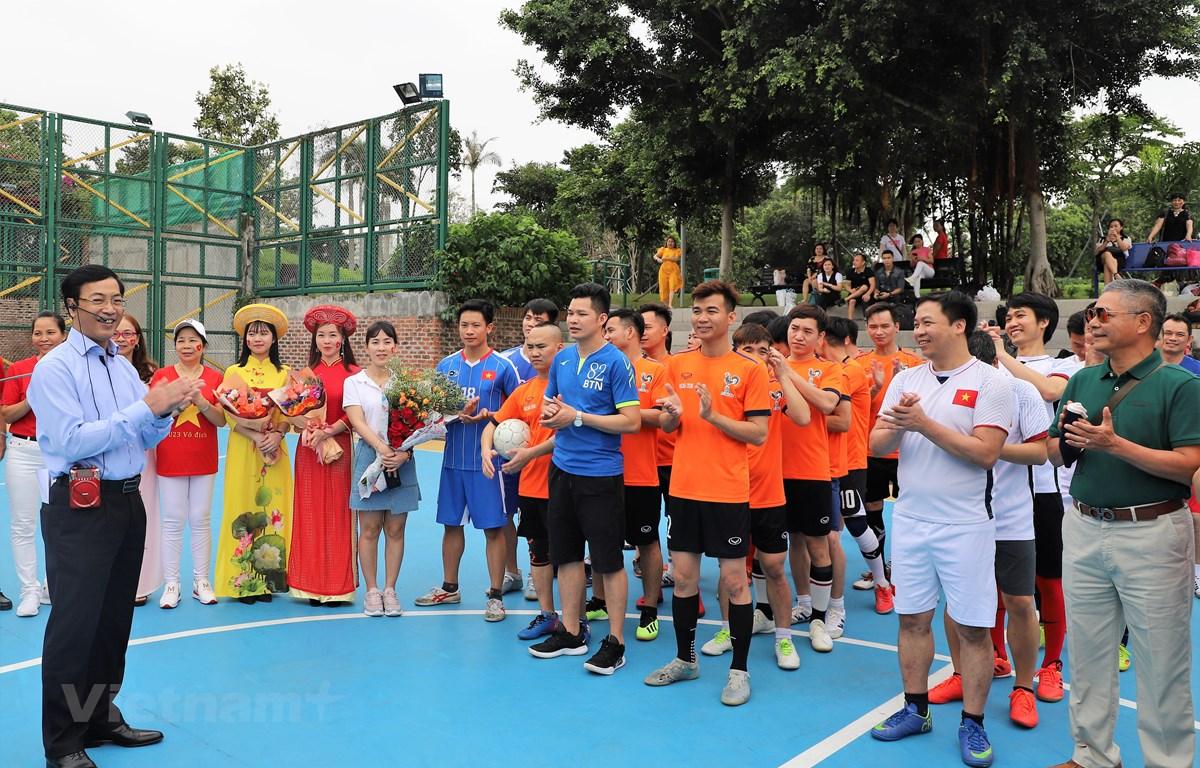 Tổng Lãnh sự Trần Thanh Huân khai mạc giải bóng đã giao hữu. (Ảnh: PV/Vietnam+)