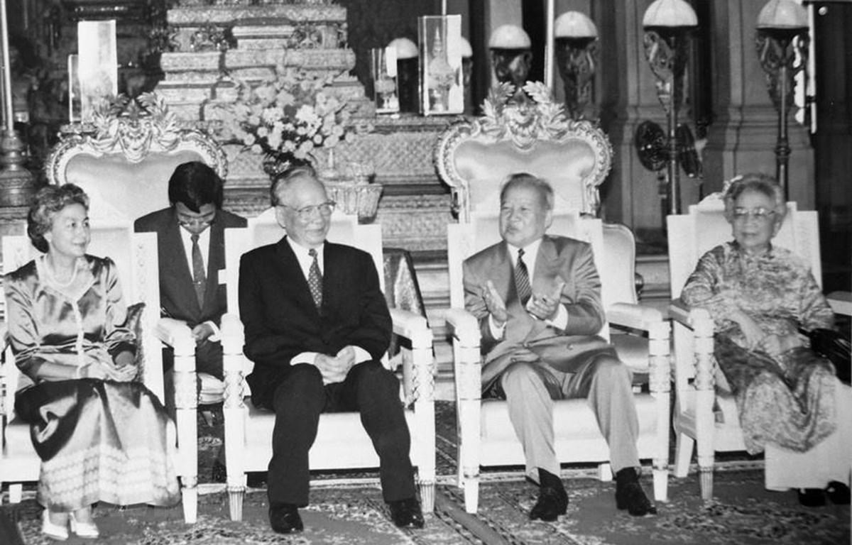 Quốc vương Campuchia Norodom Sihanouk và Hoàng hậu tiếp Chủ tịch nước Lê Đức Anh và Phu nhân thăm chính thức Campuchia, ngày 8/8/1995, tại Phnom Penh. (Ảnh: Cao Phong/TTXVN)