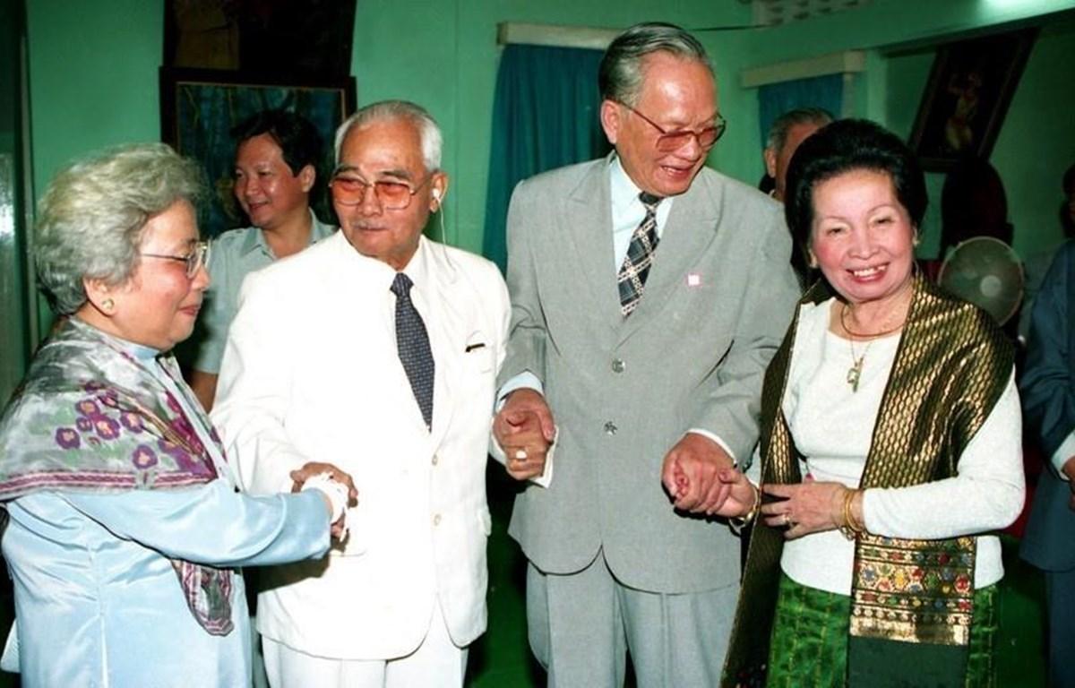 Chủ tịch nước Lê Đức Anh và Phu nhân thăm đồng chí Souphanouvong, Cố vấn Ban Chấp hành Trung ương Đảng Nhân dân cách mạng Lào và gia đình, nhân chuyến thăm hữu nghị chính thức CHDCND Lào, ngày 2/11/1993, tại Vientiane. (Ảnh: Cao Phong/TTXVN)