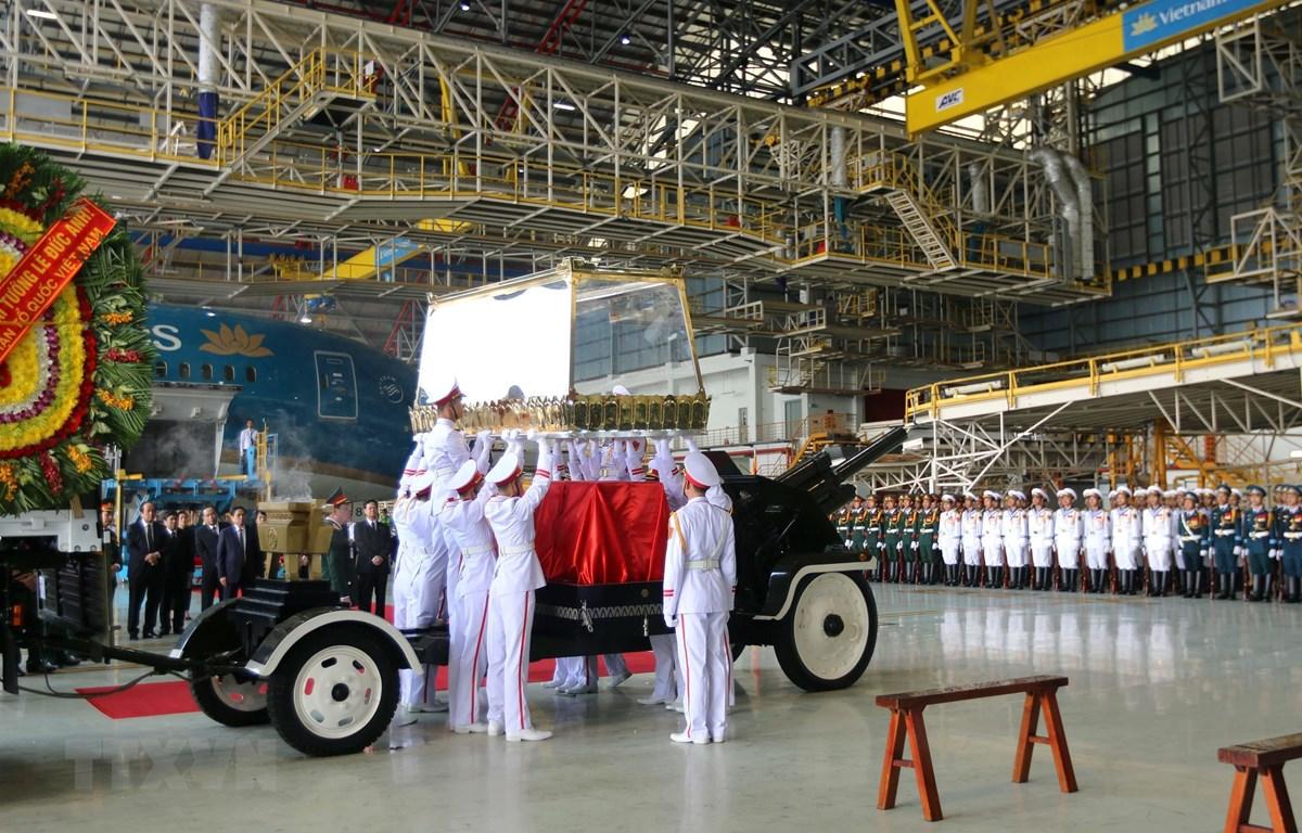 Linh cữu nguyên Chủ tịch nước, Đại tướng Lê Đức Anh được chuyển từ máy bay xuống xe tang tại sân bay quốc tế Tân Sơn Nhất (Thành phố Hồ Chí Minh). (Ảnh: Thanh Vũ/TTXVN)