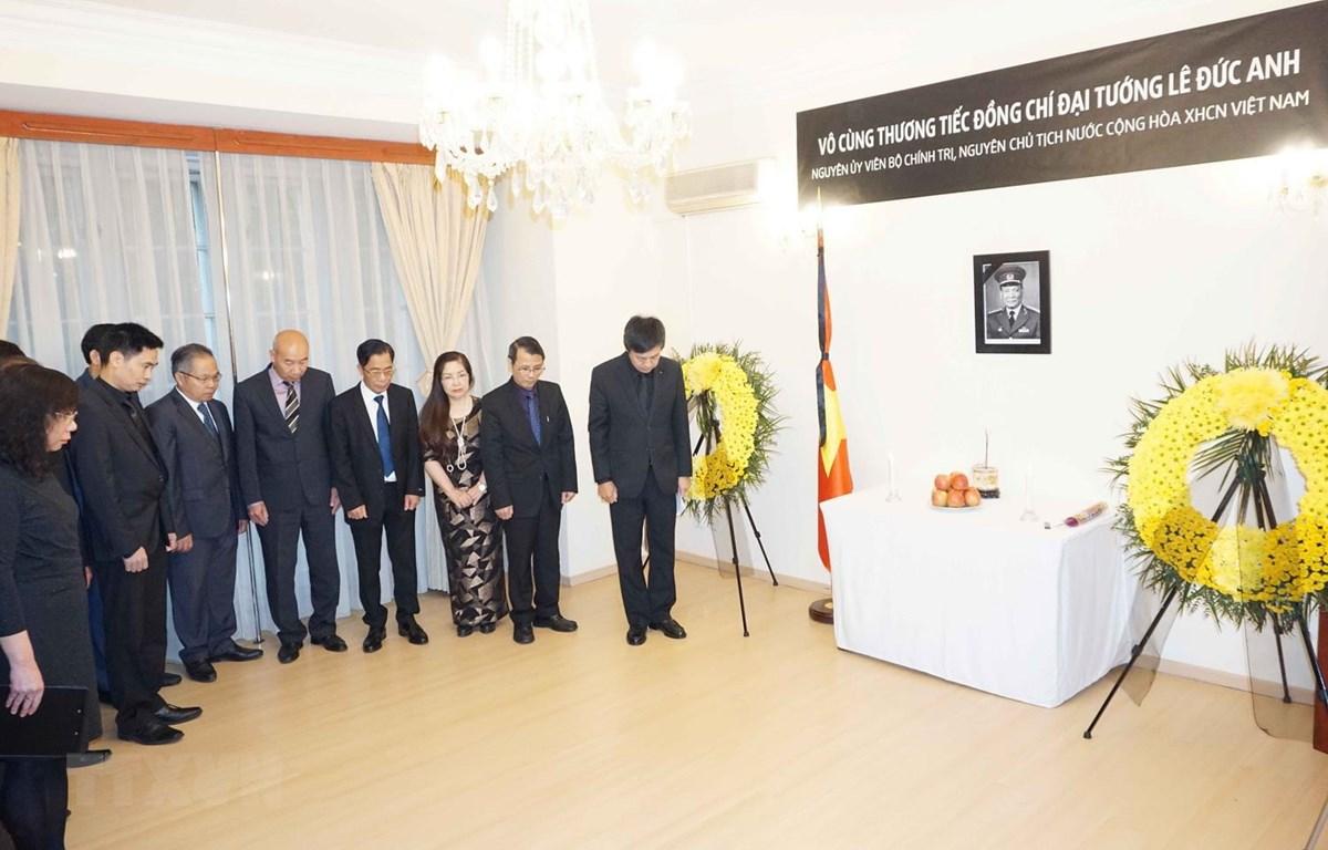 Cán bộ, nhân viên Đại sứ quán Việt Nam và đại diện cộng đồng người Việt tại Cộng hòa Séc tưởng niệm Đại tướng Lê Đức Anh. (Ảnh: Hồng Kỳ/TTXVN)