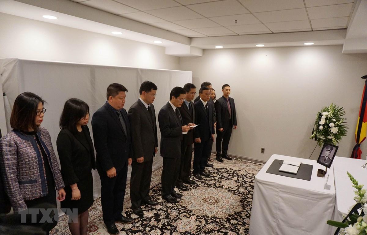 Thay mặt toàn thể cán bộ, nhân viên Đại sứ quán và các cơ quan bên cạnh, Đại sứ Hà Kim Ngọc đã xúc động và thành kính đọc lời tưởng niệm nguyên Chủ tịch nước Lê Đức Anh. (Ảnh: Đại Thắng/TTXVN)