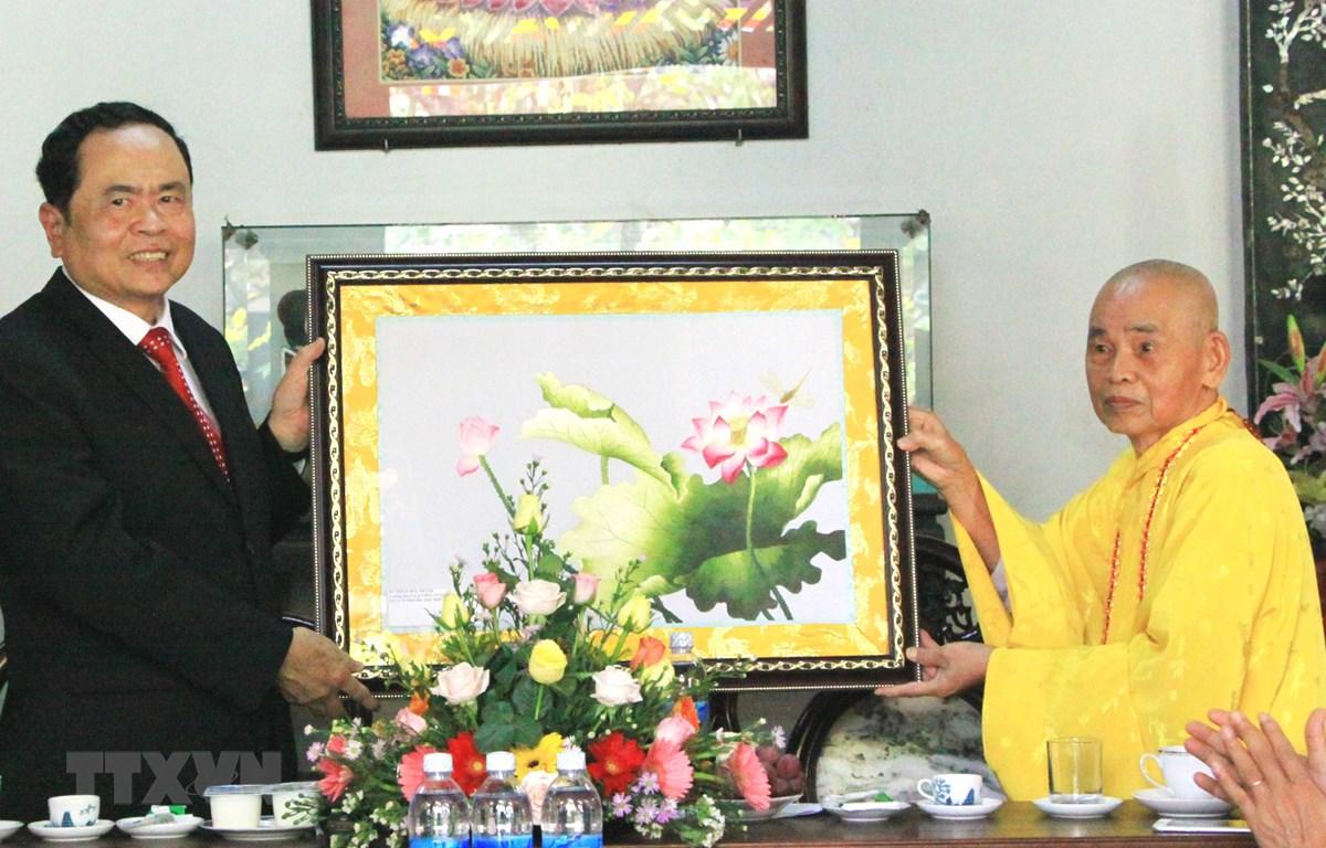 Hòa thượng Thích Đức Thanh trao tặng tranh cho Chủ tịch Ủy ban Trung ương MTTQ Việt Nam Trần Thanh Mẫn. (Ảnh: Mai Trang-TTXVN)