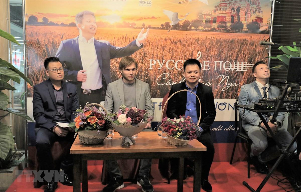 Trịnh Phương và nhà phối khí Alexandr Leonisko giao lưu cùng người hâm mộ. (Ảnh Dương Trí/TTXVN)