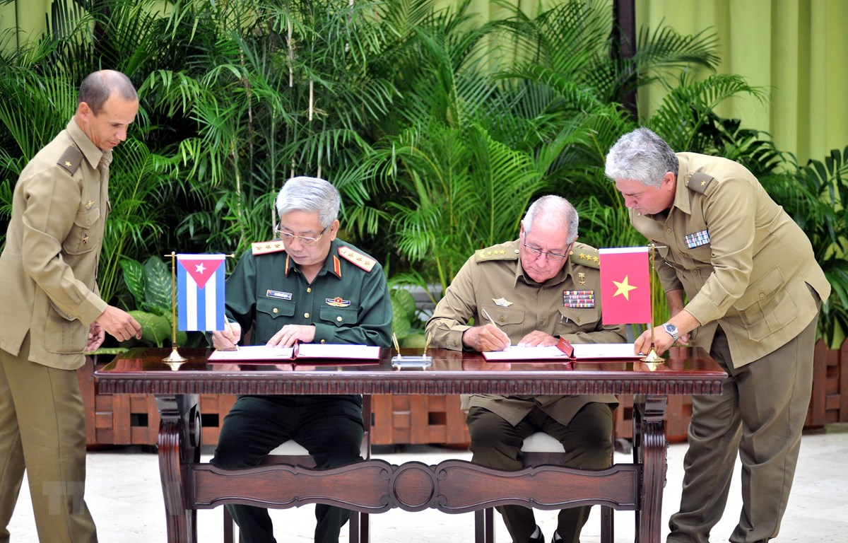 Thượng tướng Nguyễn Chí Vịnh và Thượng tướng Álvaro López Miera, Ủy viên Bộ Chính trị, Tổng tham mưu trưởng, Thứ trưởng thứ nhất Bộ Các lực lượng vũ trang cách mạng Cuba ký biên bản về việc thực hiện Bộ hồ sơ về 60 năm lịch sử quan hệ quốc phòng hai nước