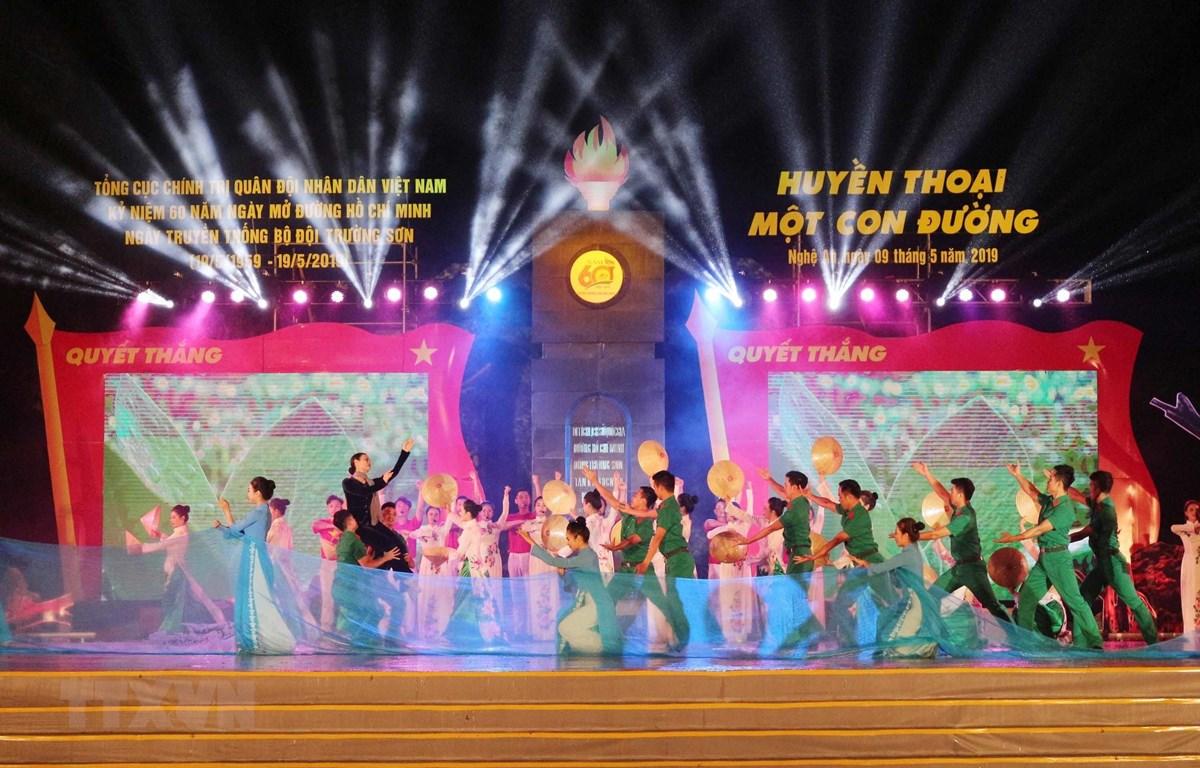 Chương trình văn nghệ kỷ niệm Ngày mở đường Hồ Chí Minh. (Ảnh: Nguyễn Oanh/TTXVN)
