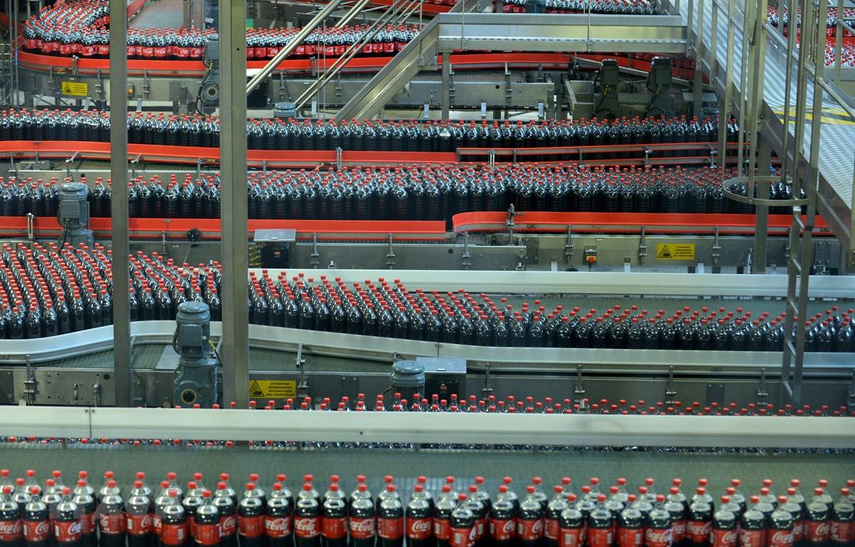 Dây chuyền sản xuất Coca-Cola đóng chai tại nhà máy Coca- Cola ở Grigny, gần Paris (Pháp). (Ảnh: AFP/ TTXVN)