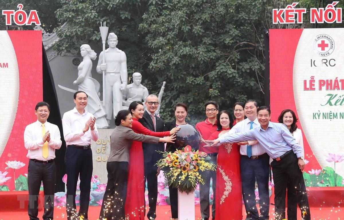 Chủ tịch Quốc hội Nguyễn Thị Kim Ngân và các đại biểu bấm nút khai trương việc đặt thùng Quỹ Nhân đạo tại Bưu điện Hà Nội, 75 phố Đinh Tiên Hoàng, quận Hoàn Kiếm. (Ảnh: Trọng Đức/TTXVN)