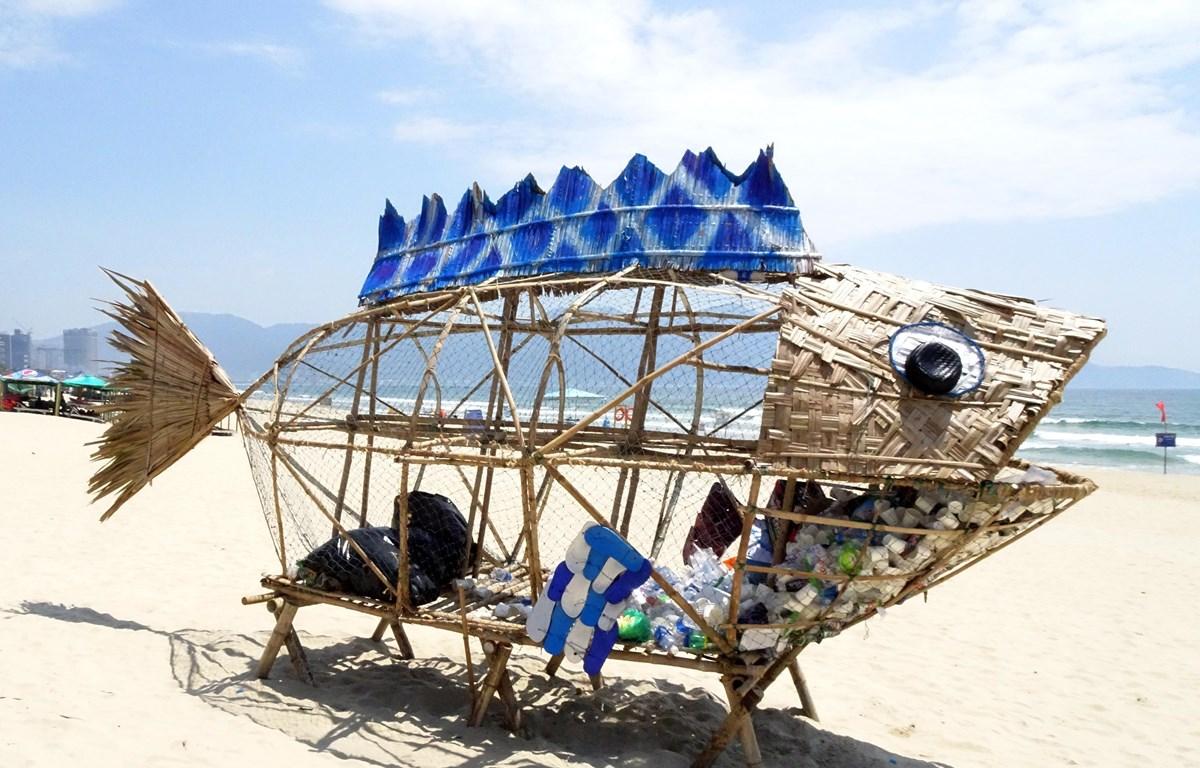 Mô hình cá bống khổng lồ thu gom rác thải nhựa tại bãi biển Mỹ Khê (Đà Nẵng). (Ảnh: Trần Lê Lâm/TTXVN)