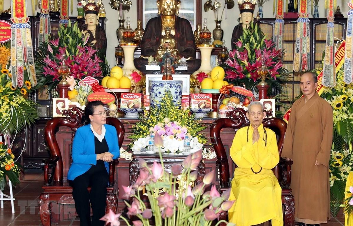 Chủ tịch Quốc hội Nguyễn Thị Kim Ngân thăm, chúc mừng Đại lão Hòa thượng Thích Phổ Tuệ, Pháp chủ Giáo hội Phật giáo Việt Nam. (Ảnh: Trọng Đức/TTXVN)