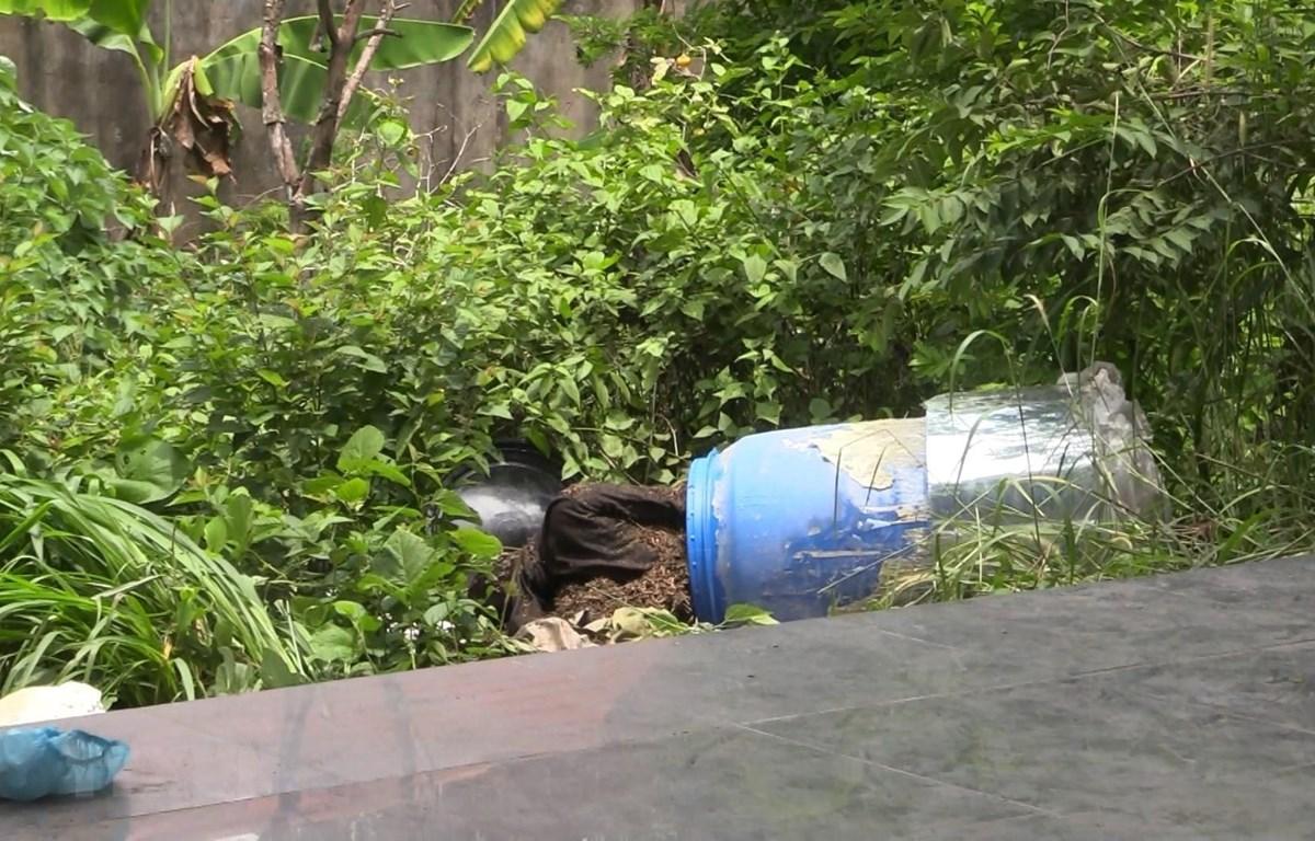 Hiện trường nơi phát hiện thi thể thứ hai được để trong thùng nhựa xanh. (Ảnh: Huyền Trang/TTXVN)