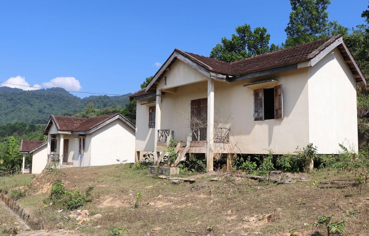 Nhiều nhà ở khu tái định cư của làng Vương xã Đăk Nên huyện Kon Plông (Kon Tum) bỏ hoang. (Ảnh: Cao Nguyên/TTXVN)