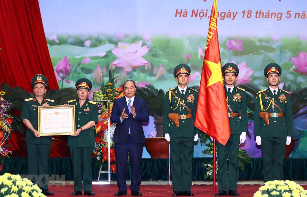 Thủ tướng Nguyễn Xuân Phúc trao tặng Huân chương Bảo vệ Tổ quốc hạng Nhất cho Binh đoàn 12. (Ảnh: Thống Nhấ/TTXVN)