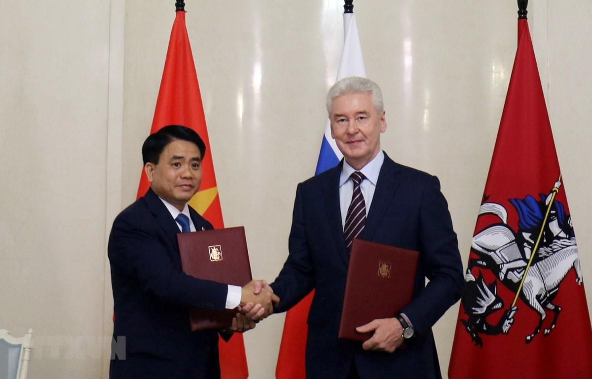 Chủ tịch UBND Thành phố Hà Nội Nguyễn Đức Chung và Thị trưởng Thành phố Moskva Sergey Sobyanin ký kết Biên bản ghi nhớ hợp tác. (Ảnh: Dương Trí/TTXVN)