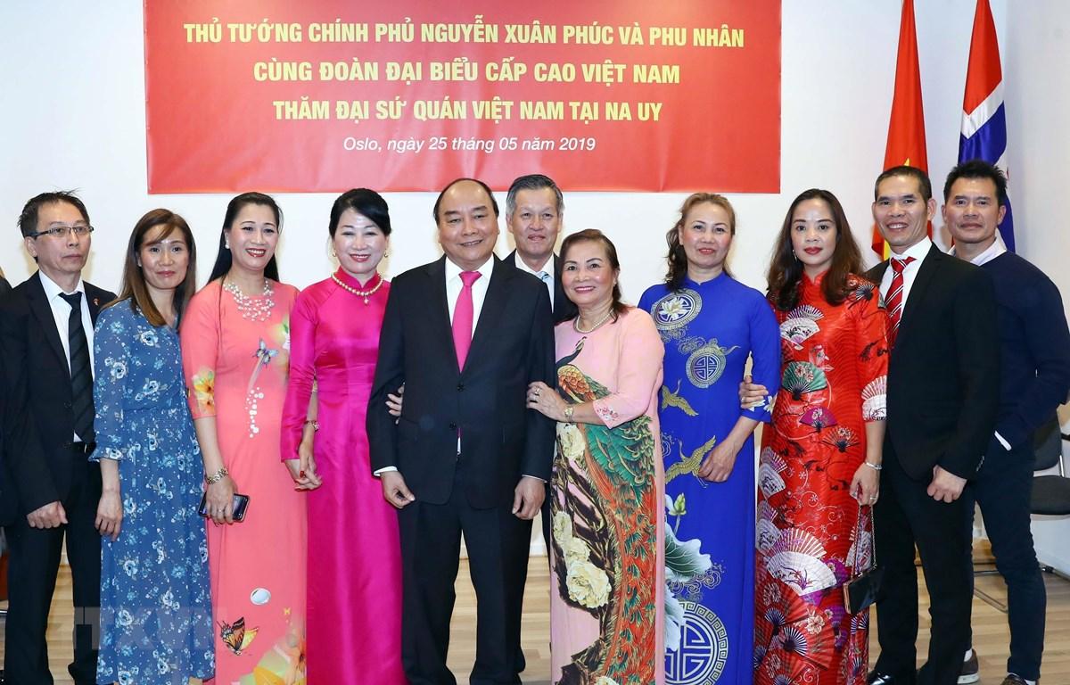 Thủ tướng Nguyễn Xuân Phúc, Phu nhân và cộng đồng người Việt Nam tại Vương quốc Na Uy. (Ảnh: Thống Nhất/TTXVN)