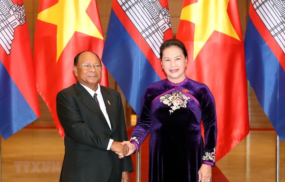Chủ tịch Quốc hội đón Chủ tịch Quốc hội Campuchia Samdech Heng Samrin. (Ảnh: Trọng Đức/TTXVN)