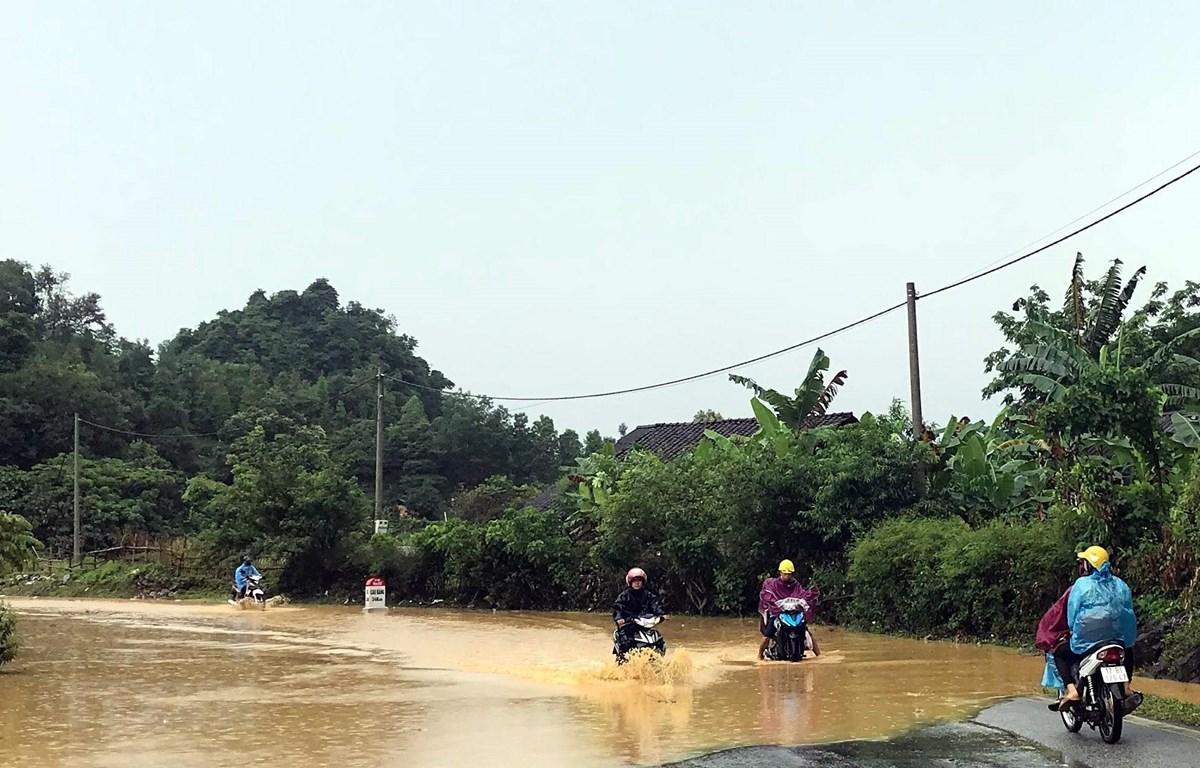 Quốc lộ 4A, đoạn qua xã Thái Cường, huyện Thạch An bị ngập úng gây ách tắc giao thông. (Ảnh: Quốc Đạt/TTXVN)