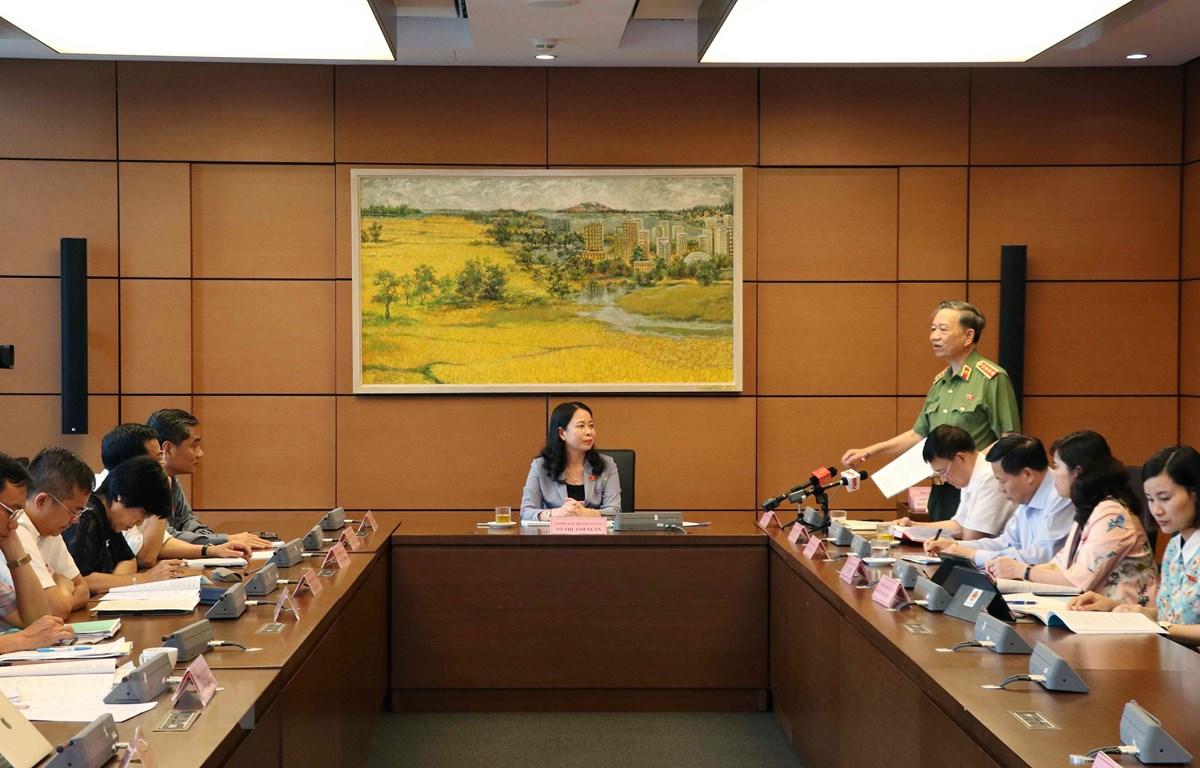 Đại tướng Tô Lâm, Bộ trưởng Bộ Công an, Đại biểu Quốc hội tỉnh Bắc Ninh thảo luận tại tổ. (Ảnh: Văn Điệp/TTXVN)