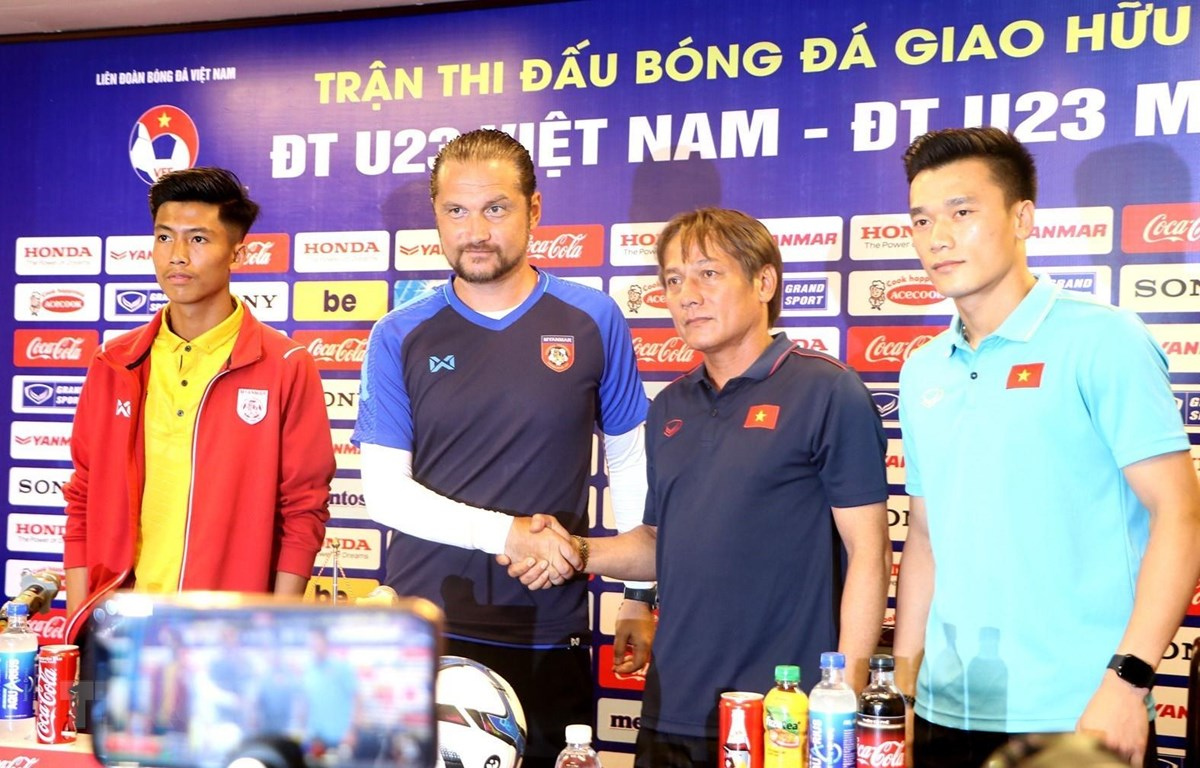 Huấn luyện viên Velizar Popov của U23 Myanmar bắt tay với huấn luyện viên Văn Đàn của U23 Việt Nam trong buổi họp báo. (Ảnh: Trung Kiên/TTXVN)