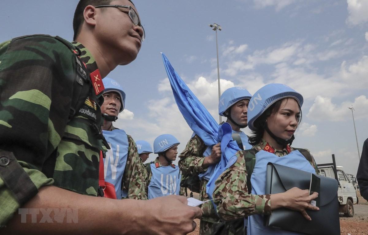 Các bác sỹ quân y Việt Nam tới sân bay quốc tế Juba, bắt đầu thực hiện nhiệm vụ gìn giữ hòa bình Liên hợp quốc tại Nam Sudan. (Ảnh: TTXVN phát)