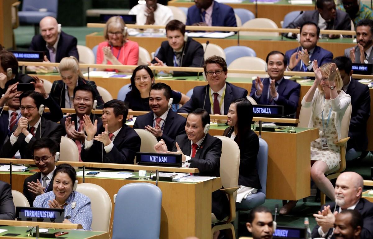 Đoàn Việt Nam do Thứ trưởng Bộ Ngoại giao Lê Hoài Trung (phải, hàng thứ 2, bên trái) dẫn đầu vui mừng sau khi kết quả bỏ phiếu cho thấy Việt Nam được bầu chọn là ủy viên không thường trực HĐBA LHQ nhiệm kỳ 2020-2021, tại New York, Mỹ ngày 7/6/2019. (Ảnh: