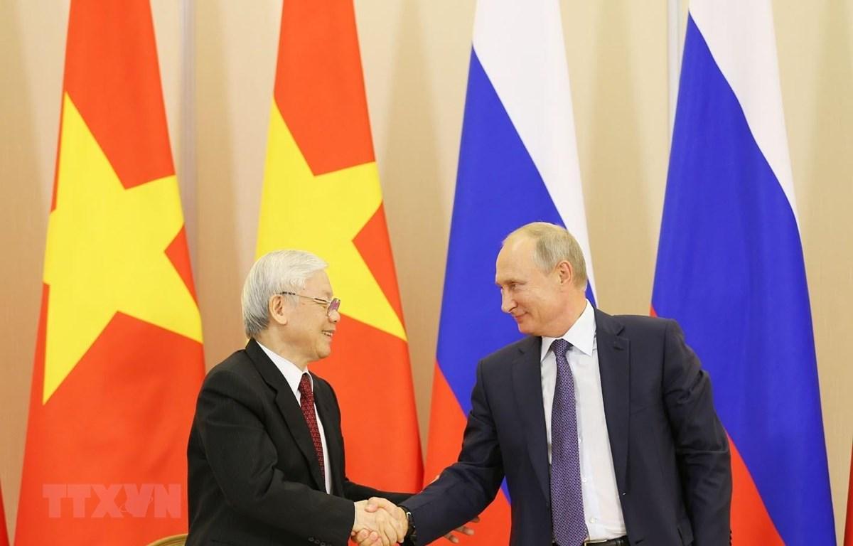 Tổng Bí thư Nguyễn Phú Trọng và Tổng thống Liên bang Nga Vladimir Putin bắt tay sau lễ ký các văn kiện hợp tác giữa hai nước ngày 6/9/2018. (Ảnh: Trí Dũng/TTXVN)