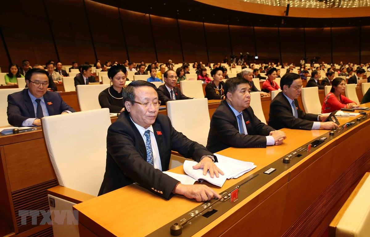 Đoàn đại biểu Quốc hội tỉnh Quảng Trị biểu quyết thông qua Nghị quyết về tiếp tục hoàn thiện, nâng cao hiệu lực, hiệu quả thực hiện chính sách, pháp luật về quy hoạch, quản lý, sử dụng đất đai tại đô thị. (Ảnh: Phương Hoa/TTXVN)
