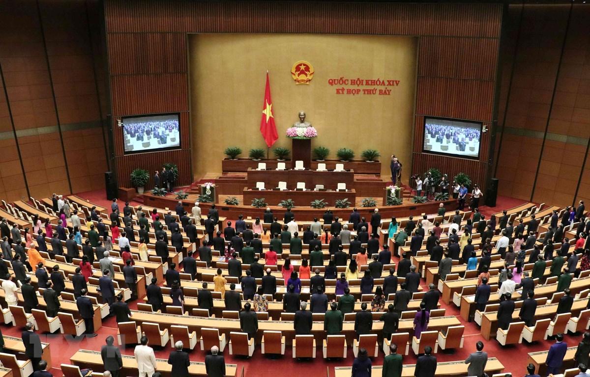 Các đại biểu Quốc hội thực hiên nghi thức chào cờ, kết thúc kỳ họp thứ bảy, Quốc hội khóa XIV. (Ảnh: Văn Điệp/TTXVN)