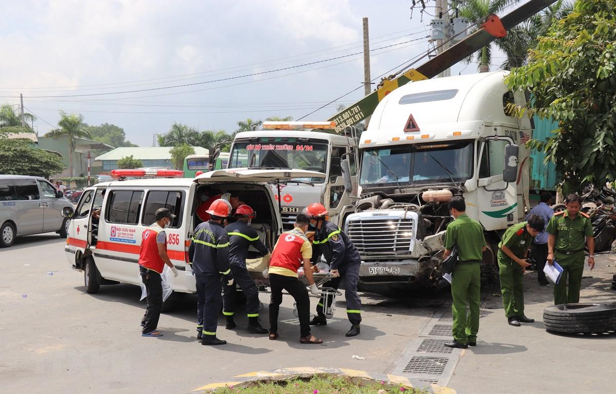 Công an Tây Ninh di chuyển các nạn nhân của vụ tai nạn. (Ảnh: Lê Đức Hoảnh/TTXVN)