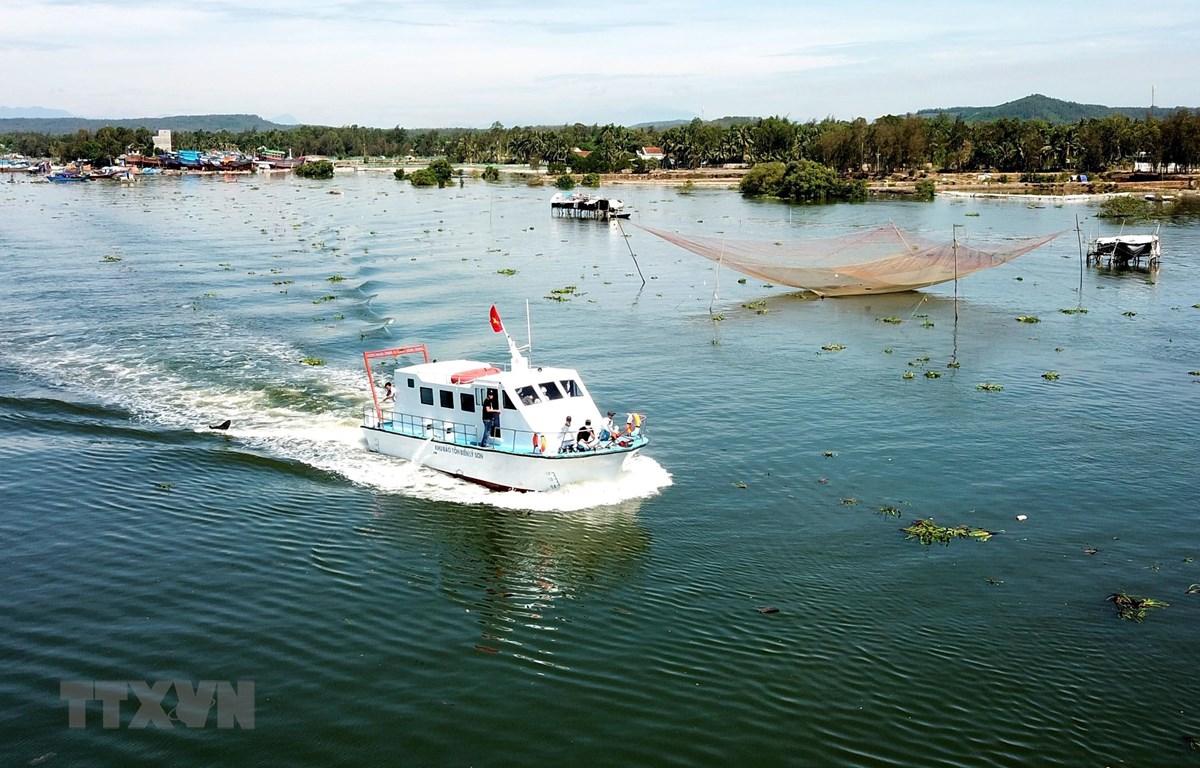 Hạ thủy tàu tuần tra được đóng mới bằng chất liệu composite cho Ban quản lý Khu bảo tồn biển Lý Sơn. (Ảnh: Phước Ngọc/TTXVN)
